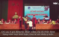 Nữ sinh bất ngờ được thầy giáo quỳ gối cầu hôn trong lễ tốt nghiệp