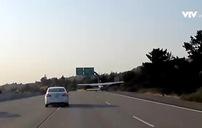 Máy bay hạ cánh khẩn cấp trên đường cao tốc đông xe