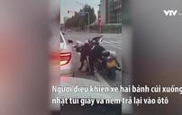 Nữ biker nhặt rác, ném trả lại cho người trên xe ôtô