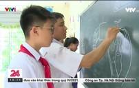 Thầy giáo vẽ tranh bằng phấn trắng trên bảng đen
