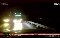 Hoảng hồn xe khách vượt ẩu, suýt đấu đầu ô tô trên đường đèo
