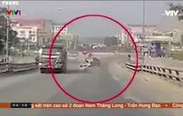 Quay đầu xe khi đi đến chân cầu, ô tô con bị xe tải húc văng