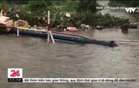 Khổ sở vì đường ngập nước khi mưa lớn