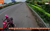 Người phụ nữ lách luật, dắt xe máy ngược chiều trên Quốc lộ 5