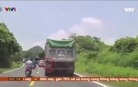 Hành động nhanh trí của tài xế xe ben