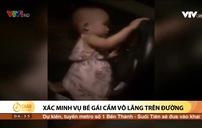 Bé gái khoảng 2 tuổi cầm vô lăng ô tô chạy băng băng trên đường
