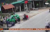 Taxi lao vào đoàn người đi chúc Tết