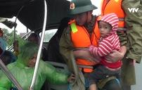 Biên phòng Hà Tĩnh điều động tàu, ca nô ứng cứu người dân vùng ngập sâu