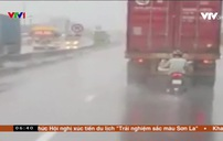 Bám sát đuôi container để trú mưa
