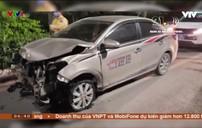 Xe taxi phóng nhanh gây tai nạn