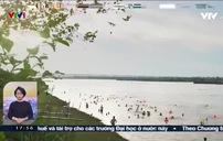 Giật mình: Bãi tắm tự phát ở sông Hồng mà ngỡ bãi biển Sầm Sơn