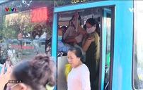 Vật vã tranh nhau chen lên xe bus giữa Thủ đô