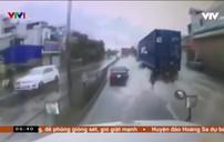 Nguy hiểm dừng xe giữa đường khi trời mưa