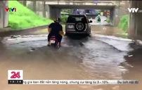 Ngập sâu tại đường gom đại lộ Thăng Long sau cơn mưa lớn