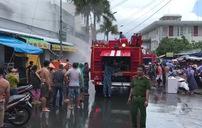 Hàng trăm cán bộ, chiến sĩ lực lượng vũ trang tham gia chữa cháy