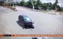 Xe máy găm chặt vào đầu ô tô khi qua nút giao bất cẩn