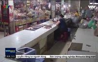 Chợ truyền thống mùa dịch: Người bán đông hơn kẻ mua
