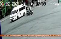 Xe máy phóng nhanh đâm ngang xe cứu thương