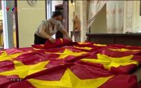 Hạnh phúc là gì?: Chị Vương Thị Nhung - Chuyện về người se chỉ, căng khung thêu cờ Tổ Quốc
