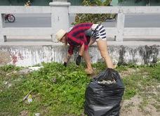 """Hàng chục khách nước ngoài """"mướt mồ hôi"""" nhặt rác ở Nha Trang"""