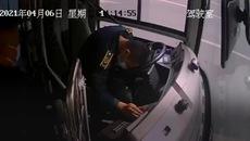 Video: Khoảnh khắc tài xế sắp ngất xỉu vẫn cố gắng dừng xe buýt an toàn cứu mạng hàng chục hành khách
