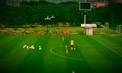 Thầy Park chơi đùa với trái bóng trong khi các học trò ở ĐT Việt Nam khởi động