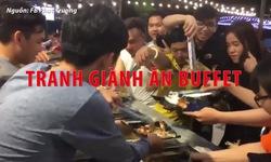Hàng trăm người chen lấn giành ăn buffet