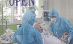 Bệnh nhân 91 đã tỉnh hoàn toàn, có thể mỉm cười, bắt tay y bác sĩ Việt Nam