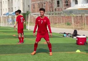 Ngắm tiền đạo trẻ Lê Minh Bình hồn nhiên tập luyện trong màu áo U22 Việt Nam