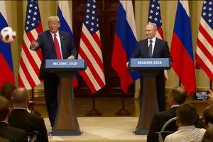 Ông Trump bất ngờ tung quả bóng về phía bà Melania đang ngồi ở hàng ghế phía dưới