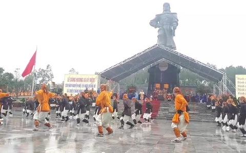 Người dân và du khách đội mưa xem tái hiện nghi lễ Nguyễn Huệ lên ngôi Hoàng đế