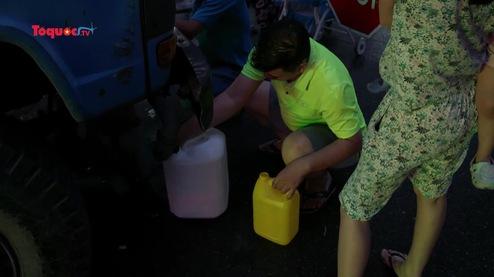 Người dân Linh Đàm xếp hàng lấy nước sạch