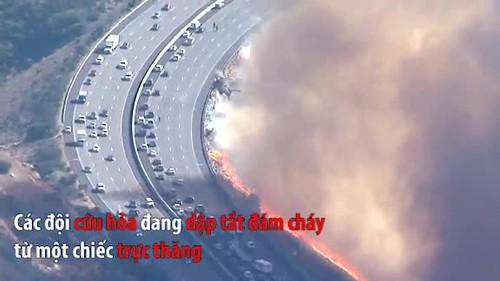 Mỹ: Trực thăng cứu hoả nỗ lực dập tắt đám cháy trên đường cao tốc ở California