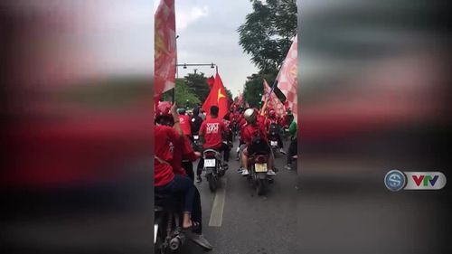 CĐV Việt Nam diễu hành trên đường phố Hà Nội