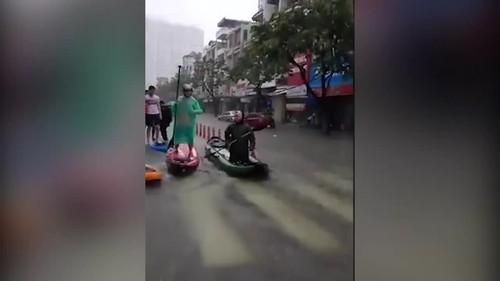 Đà Nẵng ngập sâu, giới trẻ đua thuyền trên đường phố