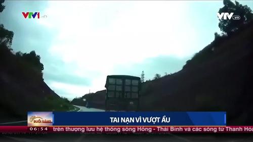 Vượt ẩu, xe khách 16 chỗ bị đâm bung cửa khi vào cua