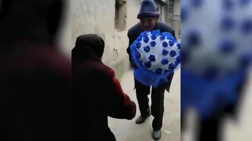 Ông cụ 97 tuổi tặng hoa cho vợ trong ngày lễ tình nhân