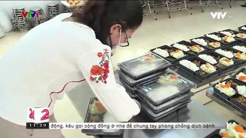 Giáo viên Hải Phòng tình nguyện làm đầu bếp phục vụ bữa ăn cho khu cách ly