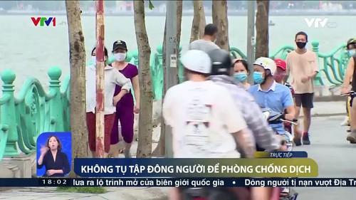 Hà Nội: Bất chấp dịch COVID-19, vườn hoa vẫn đông người đi tập thể dục