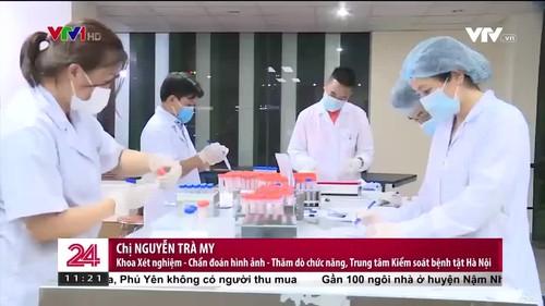 Nhân viên CDC Hà Nội căng mình xét nghiệm COVID-19