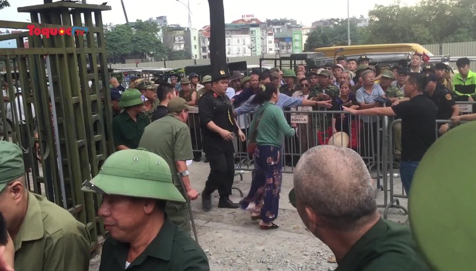 Thương binh bẻ cổng sắt chính VFF để lấy tích kê vé trận Việt Nam - Thái Lan (19/11) gây lộn xộn
