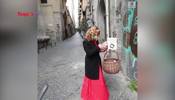 Xuất hiện những chiếc giỏ cứu trợ thực phẩm đầy yêu thương ở Napoli