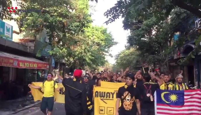 AFF Cup 2018: CĐV Malaysia đại náo Hà Nội trước trận gặp ĐT Việt Nam
