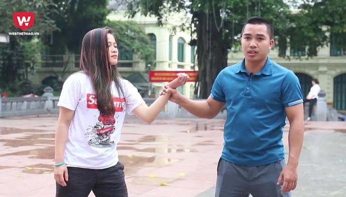 Võ tự vệ số 6: Hướng dẫn phụ nữ thoát hiểm khi bị kéo tay về phía trước