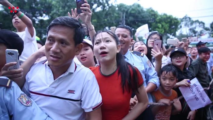 Fan nữ Bình Dương không ngần ngại nói lời yêu với trung vệ Olympic Việt Nam